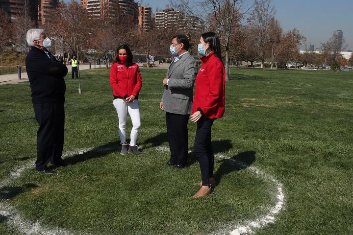 Las autoridades en uno de los espacios demarcados para los grupos de personas en el parque