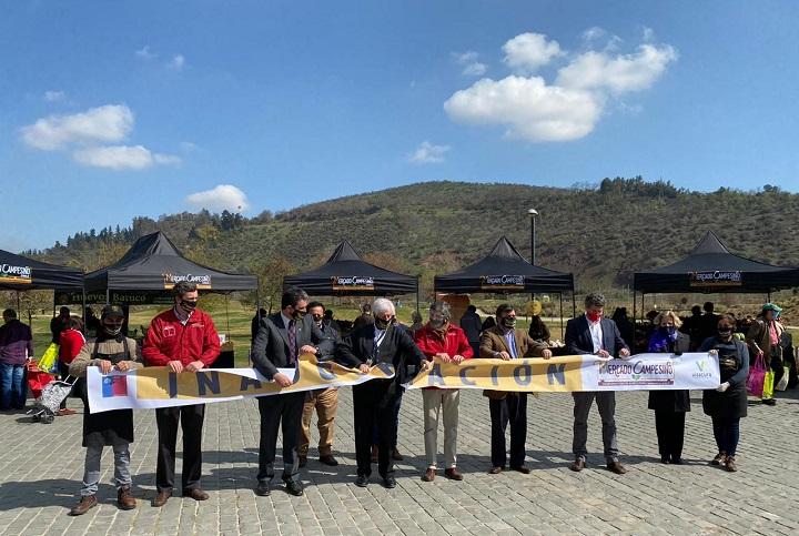 Autoridades durante la inauguración del Mercado Campesino