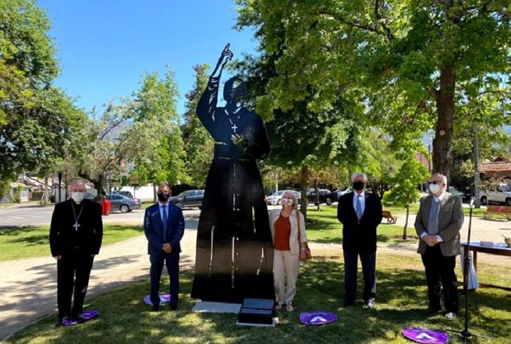 Junto a la recién inaugurada escultura, el alcalde Raúl Torrealba es acompañado por autoridades civiles y eclesiásticas, y la escultora Francisca Cerda.