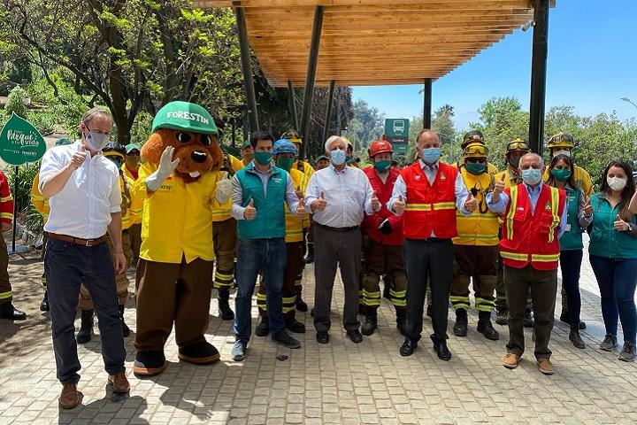 Autoridades junto a brigadistas del Parque Metropolitano