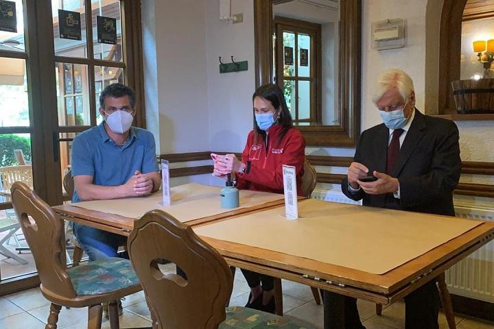 Felipe Mangino, gerente del Starnberg, la seremi de Salud, Paula Labra y el alcalde Raúl Torrealba, en una de las mesas del local, que cuenta con las medidas sanitarias recomendadas