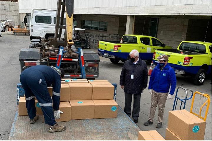 Los alcaldes de Vitacura y San José de Maipo junto al camión llenándose con ayuda para esa comunidad